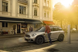 EXPLORE THE MINI COUNTRYMAN PLUG-IN HYBRID.